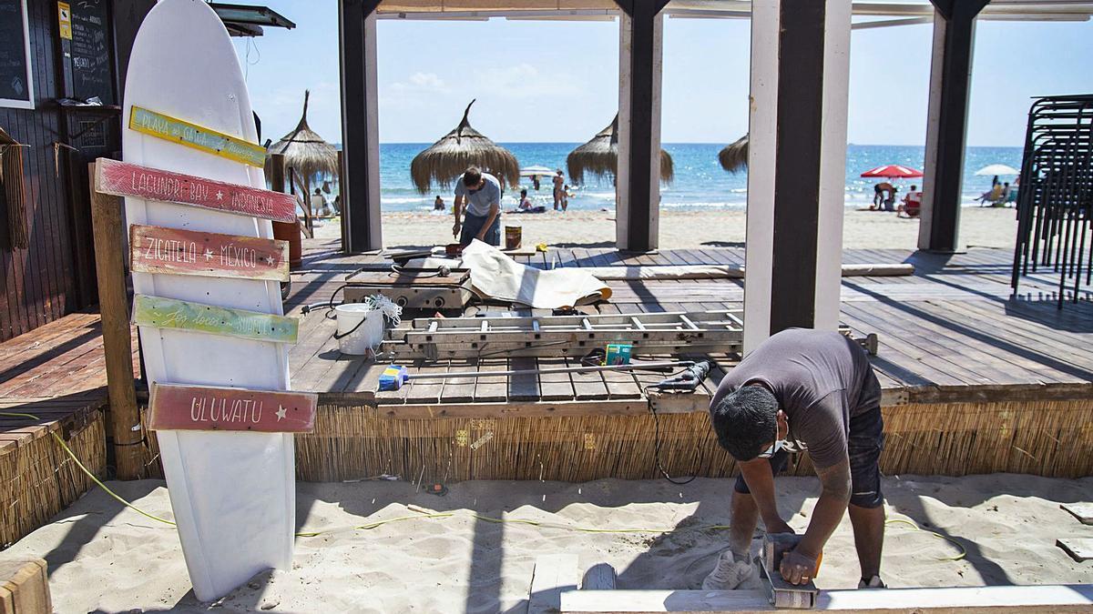 Ultiman el montaje del chiringuito en la playa de Galúa, en La Manga.
