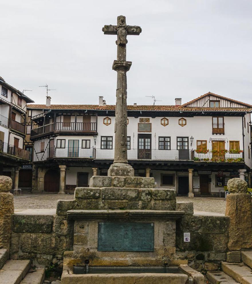 Una imagen de una plaza del pueblo de La Alberca.