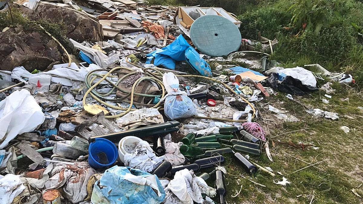 Imagen de los escombros acumulados junto al campo de fútbol de Almofrei.
