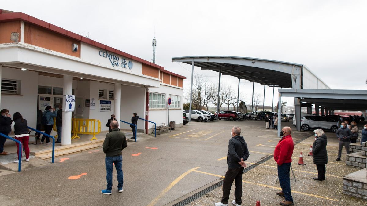 Asistentes al cribado en Abegondo guardan cola en el exterior del centro de salud.