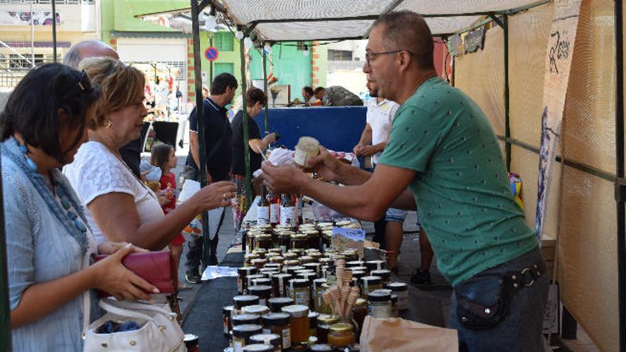 Gran afluencia de público en la feria de artesanía y miel