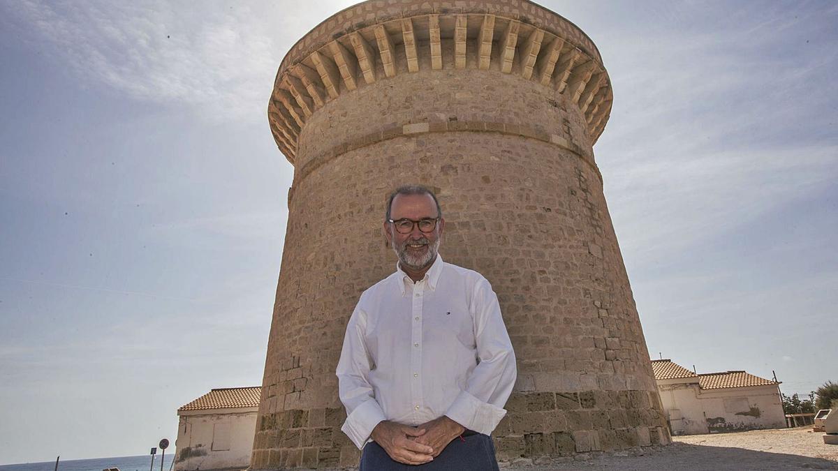 El alcalde popular de El Campello ante uno de los símbolos del municipio, la Torre de la Illeta.