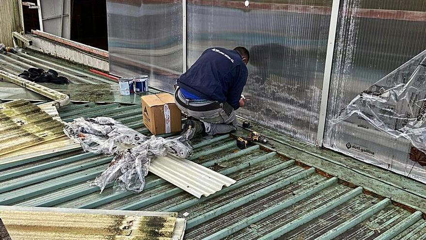 Acira Metal cambia las planchas laterales del pabellón César G. Fares