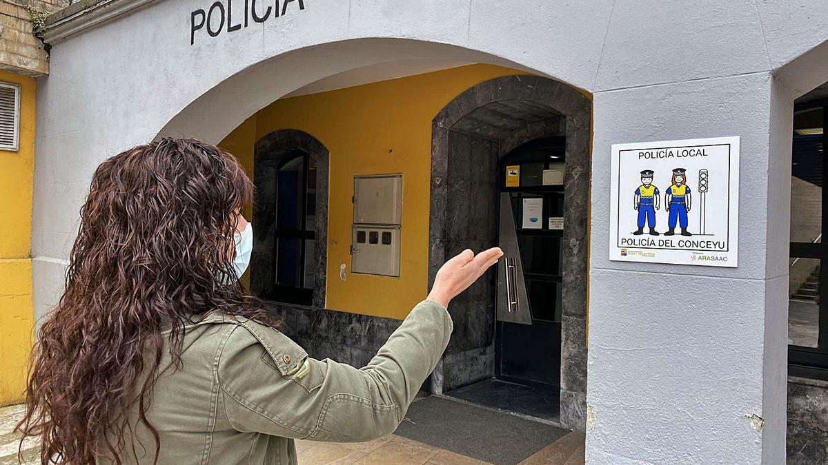 Uno de los pictogramas en el acceso a la Comisaría de la Policía Local, en Sotrondio.