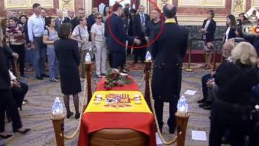 Sánchez saca del velatorio de Rubalcaba a un hombre que exigía hablar con el Gobierno
