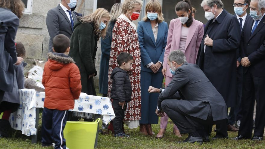 Una visita Real a la premiada escuela rural de Tui, entre anécdotas y filloas