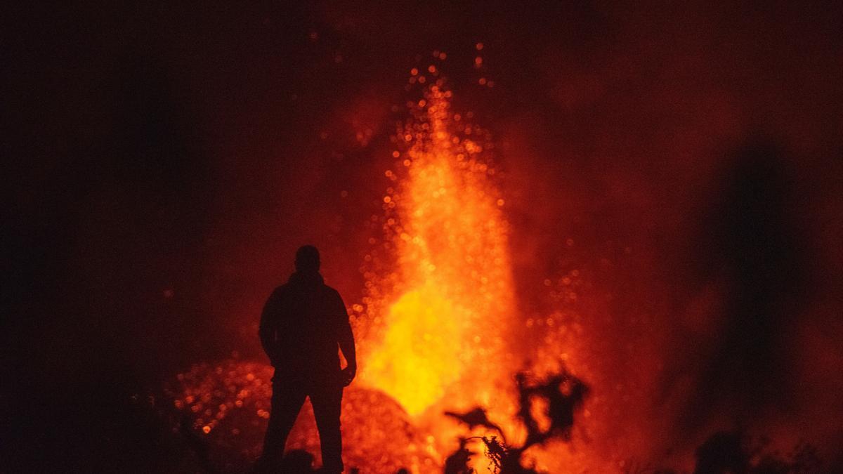 Imagen del volcán de La Palma tomada este lunes, 4 de octubre, tras el derrumbe de parte del cono principal