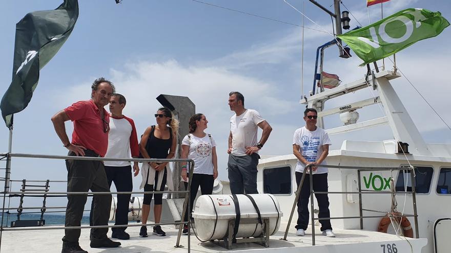 Ortega Smith visita a marineros de Santa Pola para criticar el plan de pesca demersal de la UE
