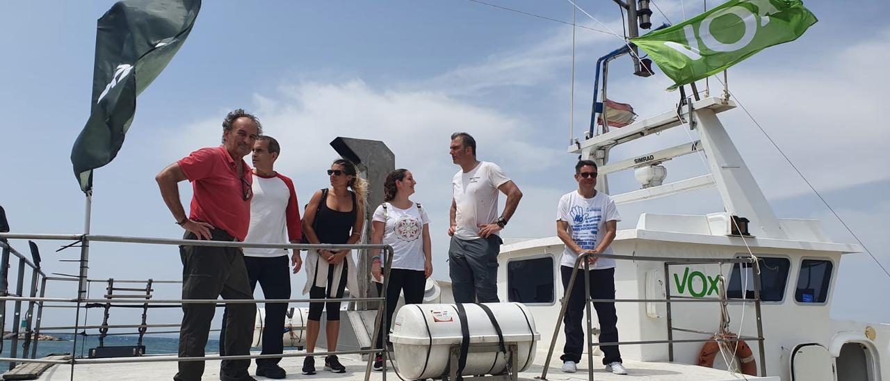 Ortega Smith visita a los pescadores de Santa Pola para criticar el plan demersal de la Unión Europea