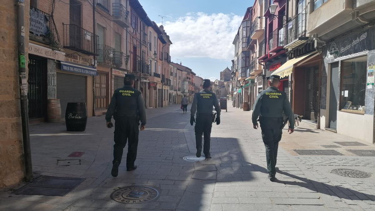 Agentes de la Guardia Civil recorren la Puerta del Mercado de Toro