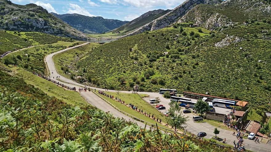Enormes colas para acceder a los Lagos de Covadonga, icono turístico