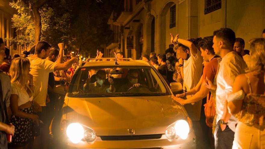 Fiesta sin control en Gràcia: desalojan a 1.300 personas tras el toque de queda