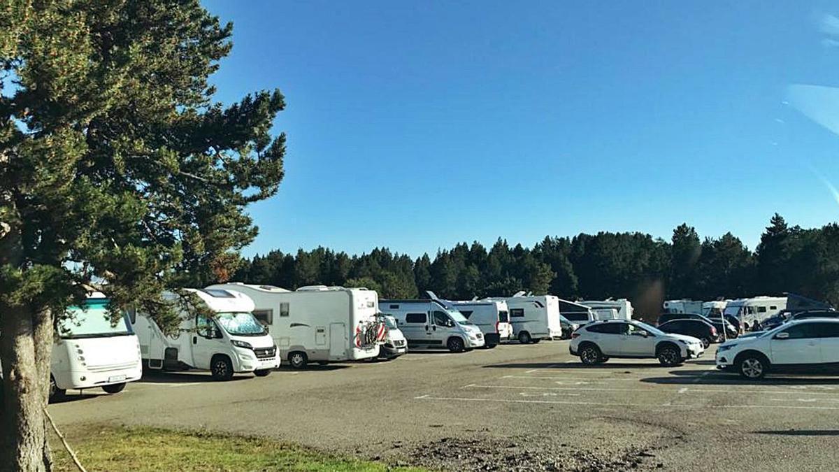 Autocaravanes aparcades a Lles de Cerdanya   ARXIU PARTICULAR