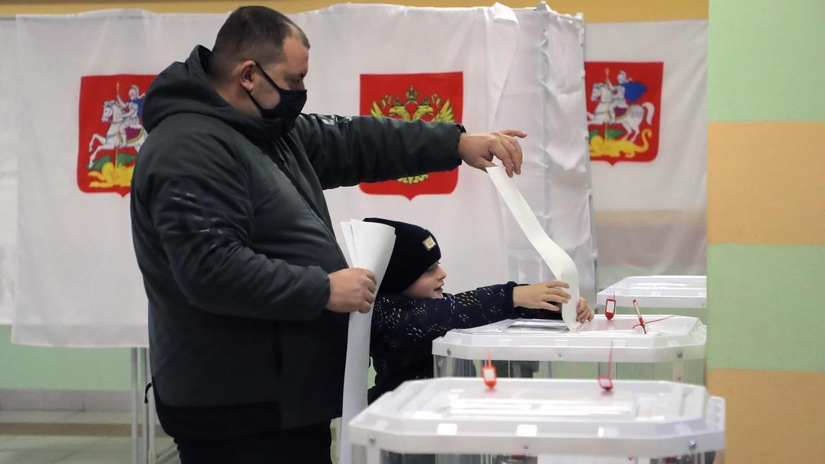 Un ciudadano ruso ejerce su derecho al voto.