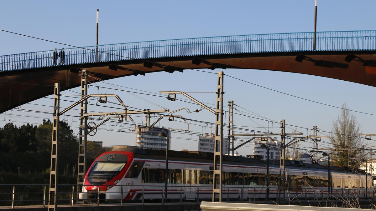 Un tren entrando a Gijón.