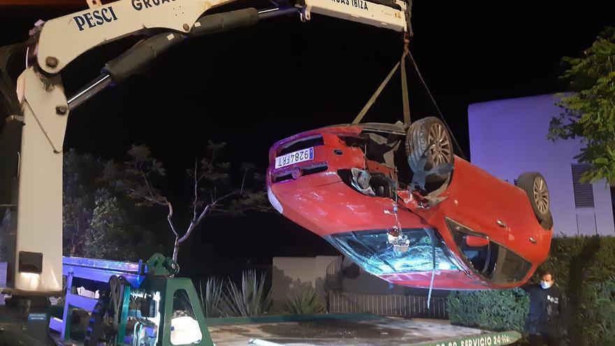 Vuelca y se estrella contra tres coches aparcados en Ibiza
