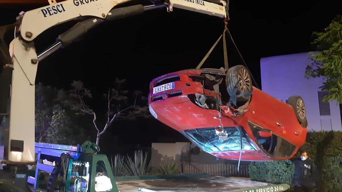 Un equipo de Grúas Ibiza retira el vehículo accidentado.