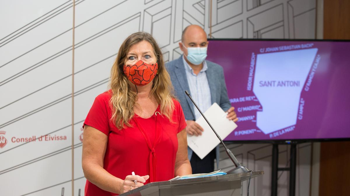 La consellera balear de Salud, Patricia Gómez, y, detrás, el presidente del Consell, Vicent Marí, en una imagen de archivo.