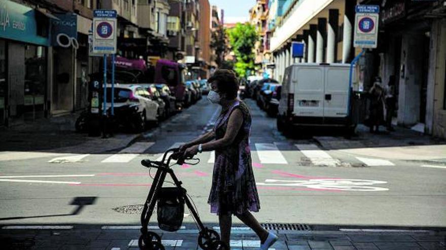 El número de personas que viven solas en Alicante aumenta en 5.000 en un año