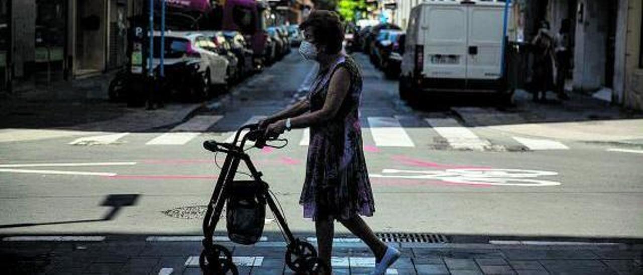Una persona mayor camina con la ayuda de un andador en Alicante. |