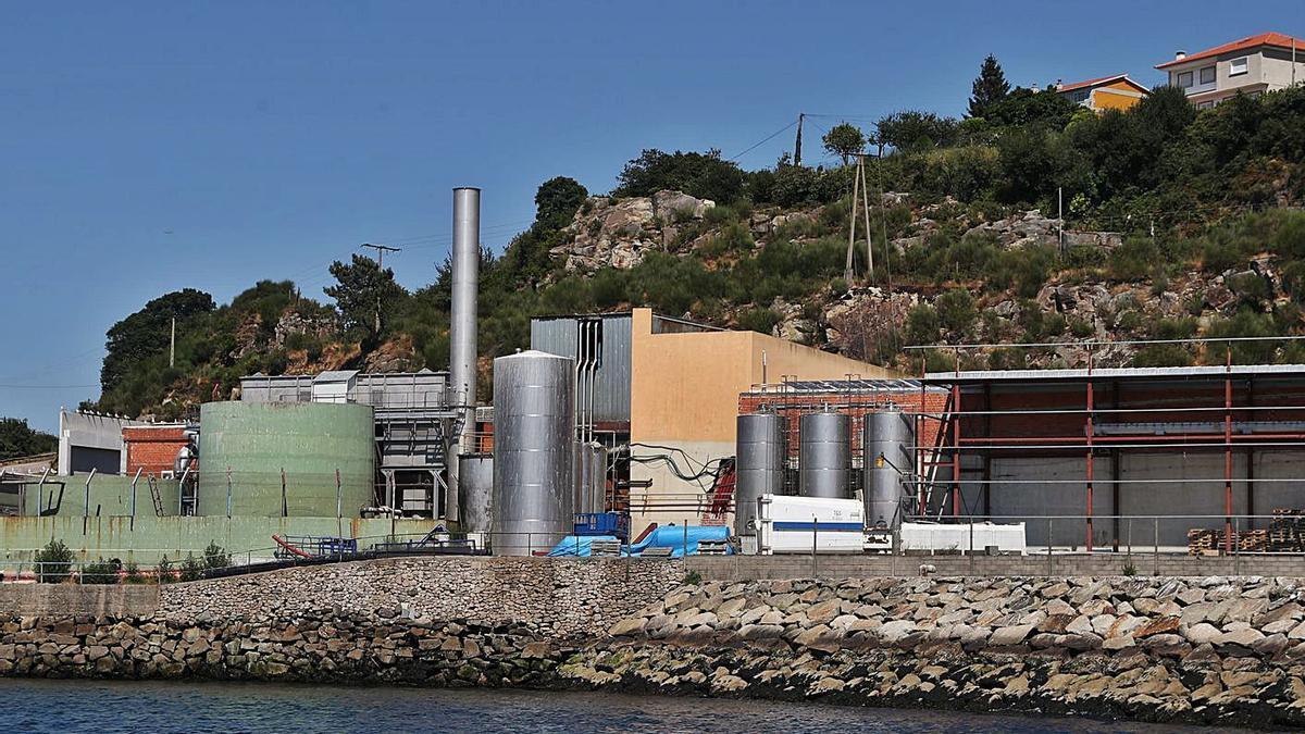 Instalaciones de la fábrica de Aucosa, situada en el litoral de Chapela. |   // RICARDO GROBAS