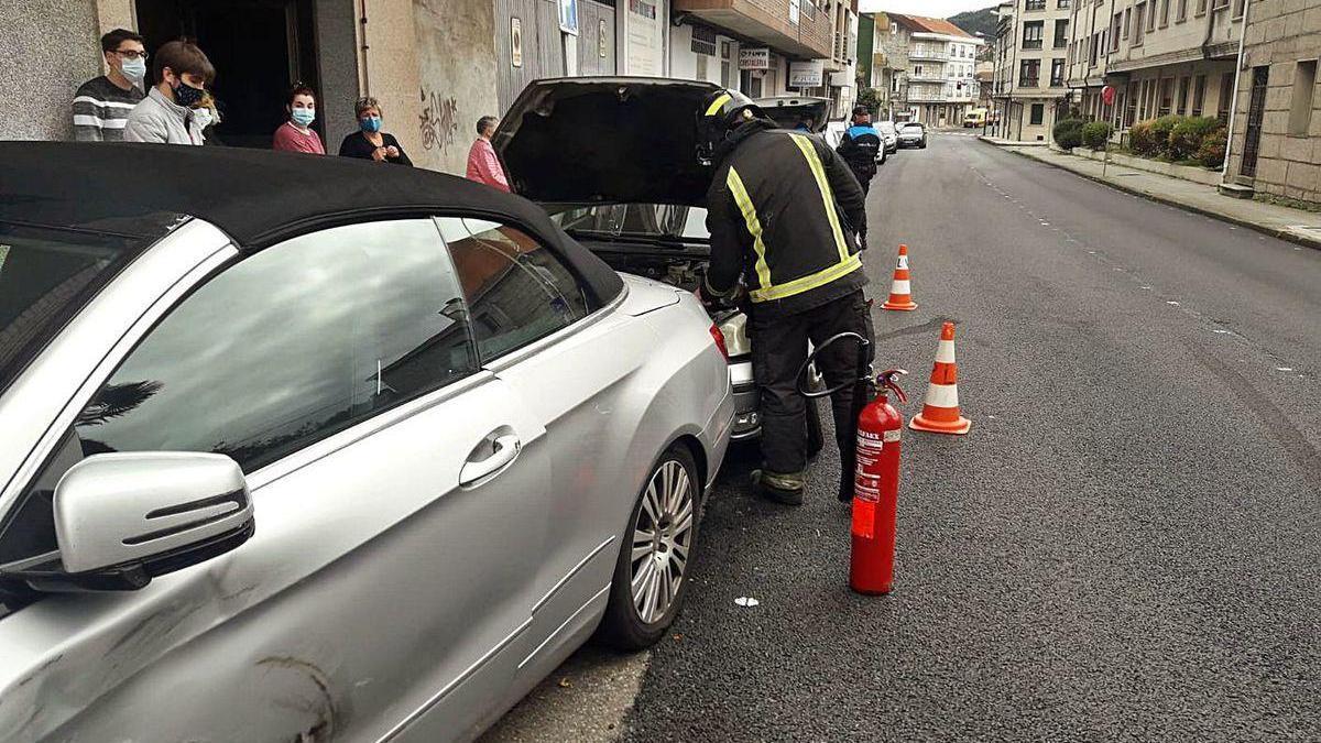 Un conductor se sale de la vía y colisiona con 2 turismos aparcados