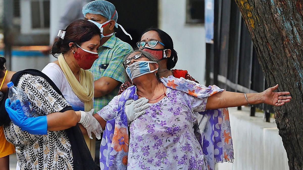 Una mujer, tras ver a su hijo fallecido por COVID-19 en  Nueva Delhi, ayer.     // ADNAN ABIDI