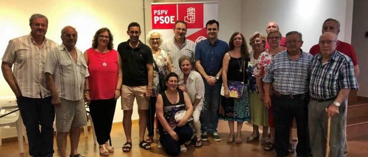 Concejales y militantes de la agrupación socialista de Favara, que ha decidido por unanimidad abandonar el gobierno local.