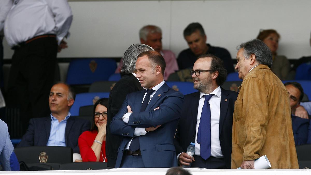 El presidente, Christian Lapetra, y el vicepresidente, Sainz de Varanda, junto a Óscar Fle, presidente de la federación aragonesa, en el palco de La Romareda.