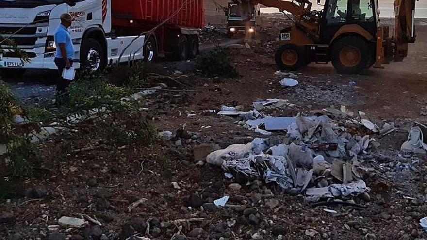 Los operarios de Ingenio limpian los vertidos hallados en Los Moriscos