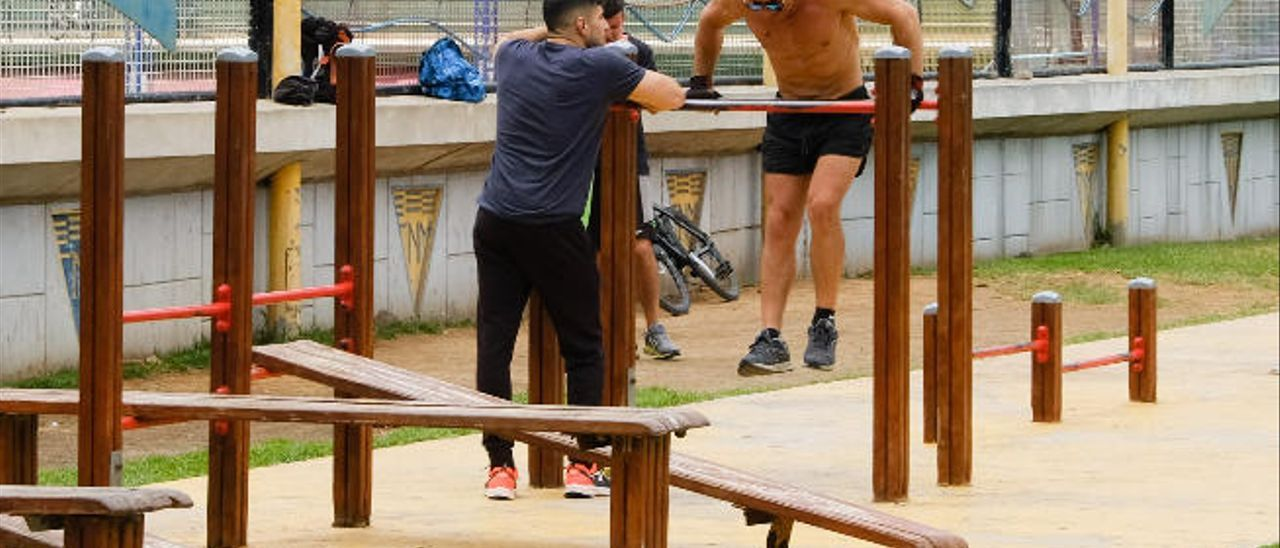 Un grupo de chicos, ayer, mientras practican deporte en el Parque Romano.