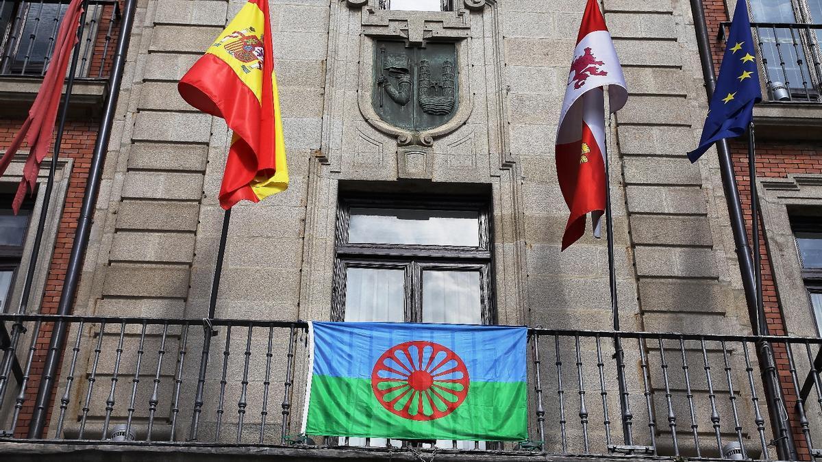 La bandera romaní ondea en el balcón del Ayuntamiento de Zamora