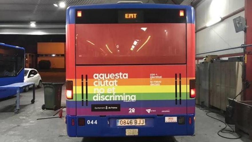 Regenbogen-Busse in Palma für Gay Pride auf Mallorca