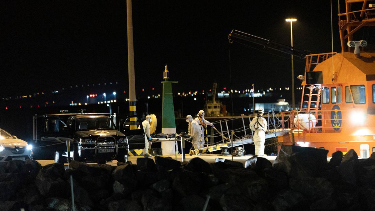 Rescatados tres cuerpos de la patera hundida en Lanzarote.