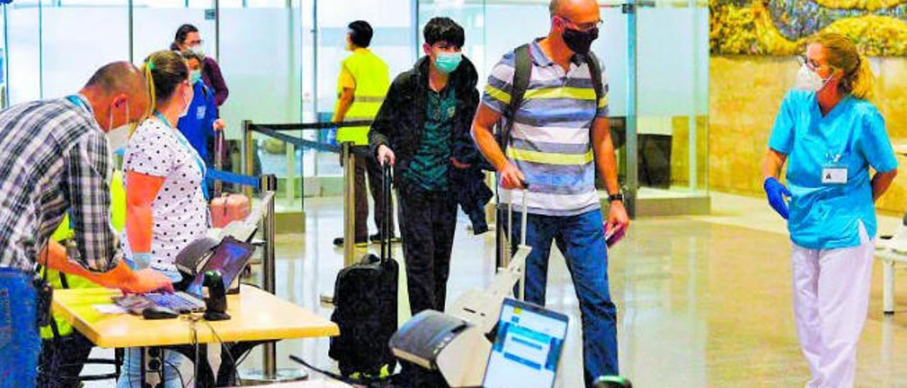 Control de llegadas en el Aeropuerto de Gran Canaria con las nuevas medidas de seguridad por el Covid-19.