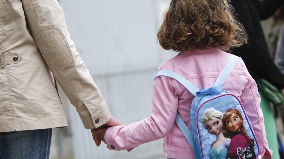 Una niña, con mochila, en el acceso a un colegio de A Coruña.