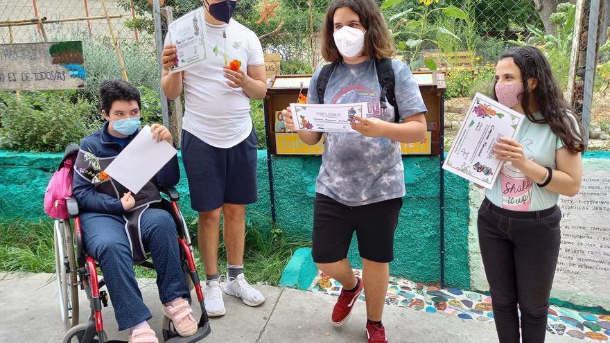 Alumnos del Santa Rosa de Lima realizan dos murales para el huerto La Yuca de Lagunillas