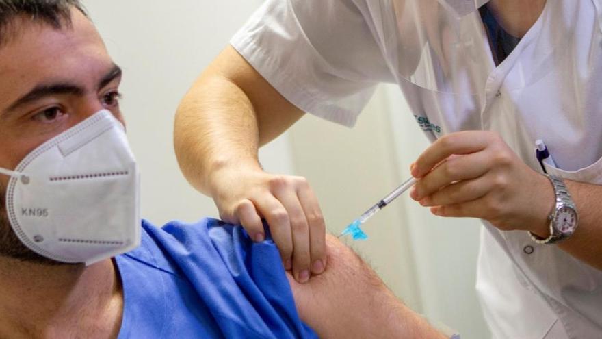 El Gobierno analiza que las mutuas de trabajo puedan vacunar frente a la covid