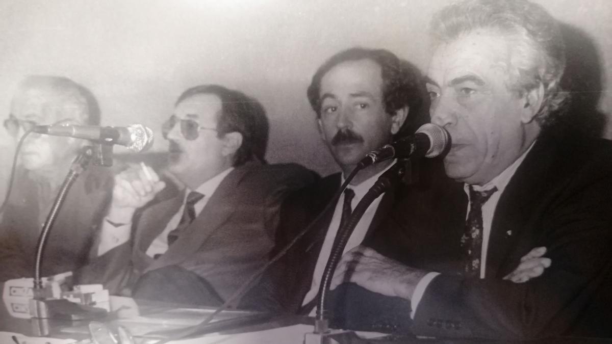 Valeriano Barberá, el tercero por la izquierda, junto al presidente Domingo Tárrega.