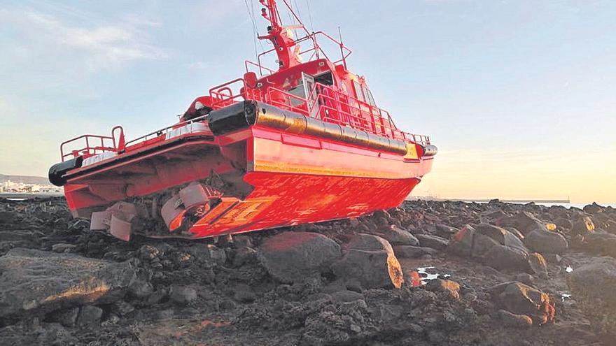 Una embarcación de Salvamento Marítimo embarranca en Arrecife
