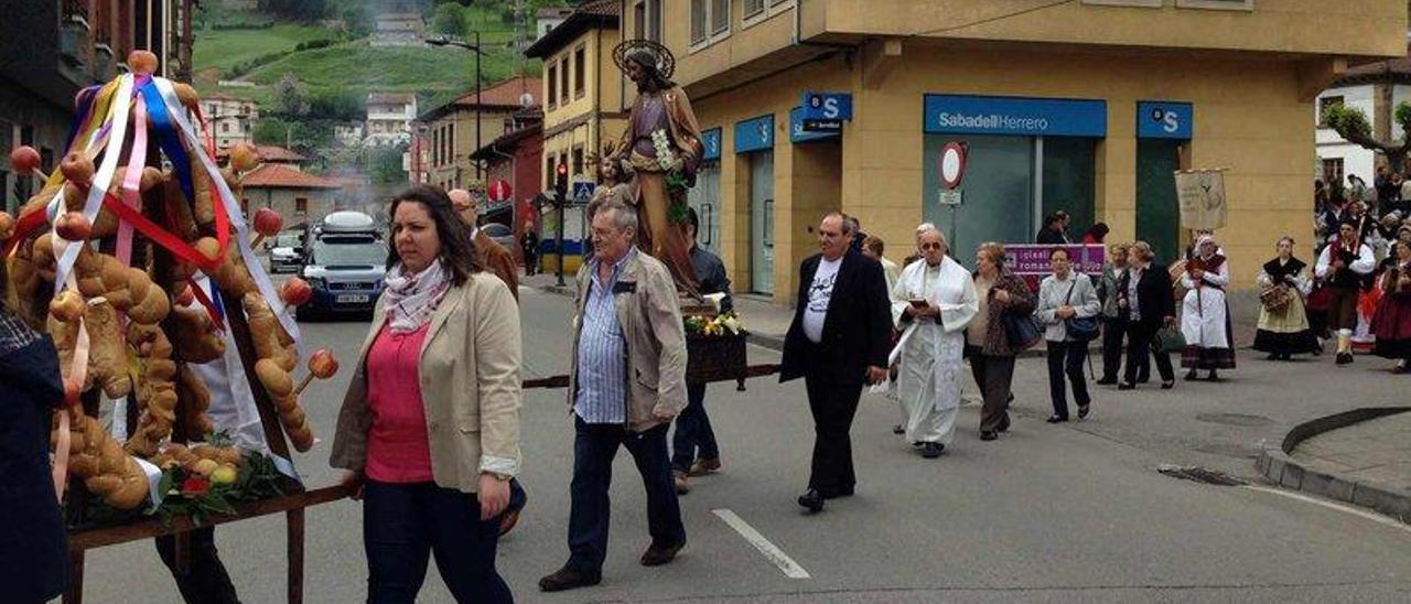 La procesión de San José Obrero, a su paso por la calle principal de la localidad mierense de Ujo.