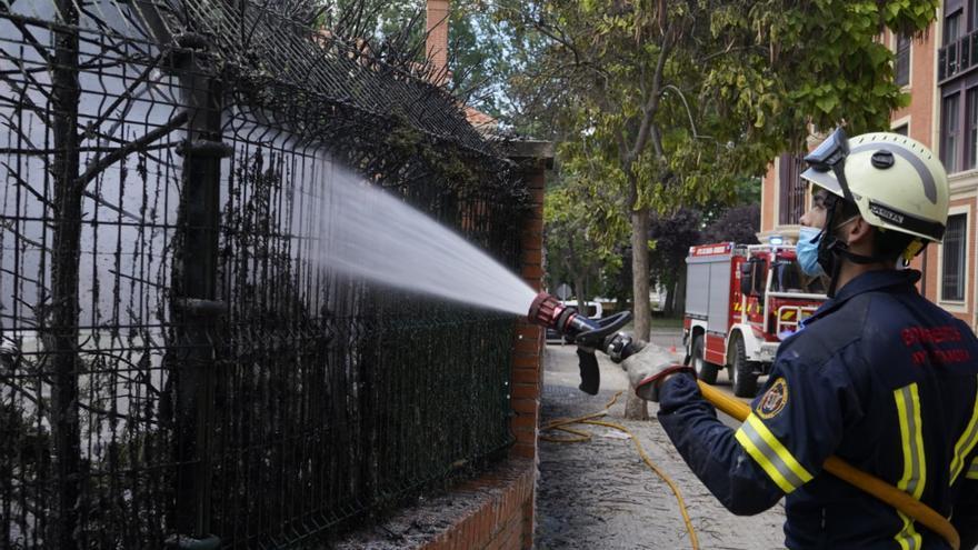 Arden arbustos del jardín de una vivienda de la calle de Almaraz