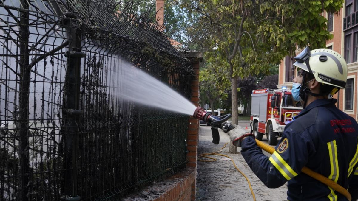 Un bombero durante la interveciçon