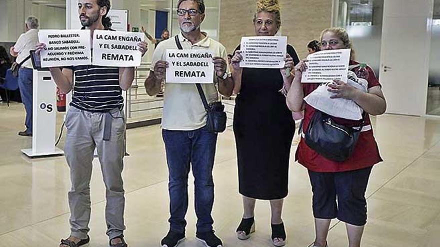 Una acción sorpresa de Stop Desahucios fuerza un acuerdo con el Sabadell