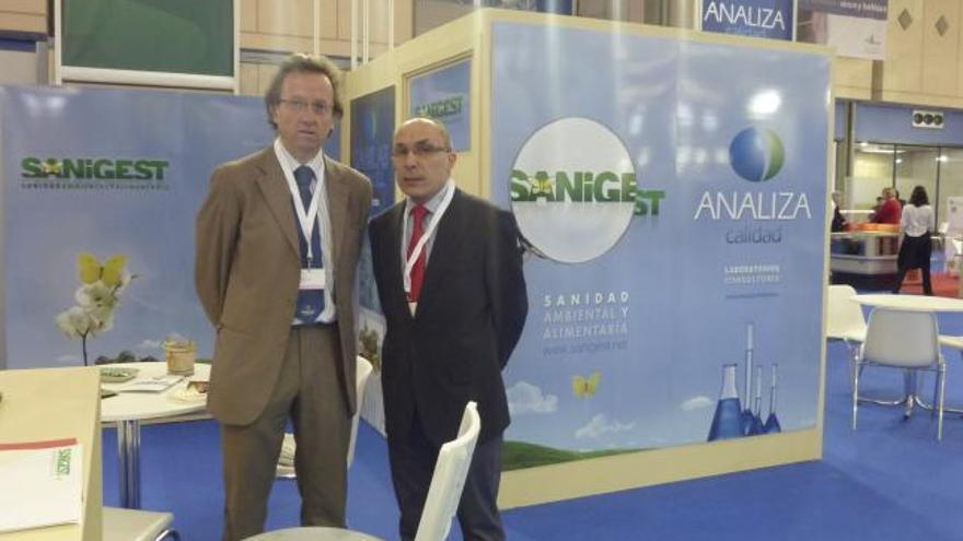 Luis Gallego, gerente de Analiza Calidad, y Javier Amador, director de Sanigest, a la derecha, en el Salón de Alimentación.