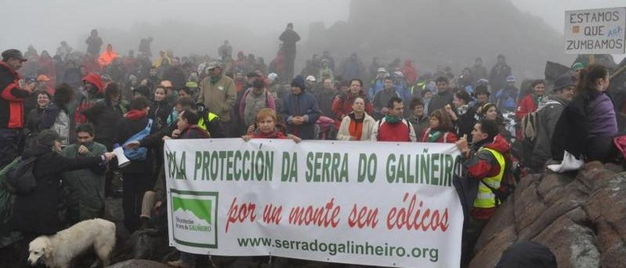 Primera concentración contra el parque eólico en la Serra do Galiñeiro en 2011. |   // GABINO PORTO