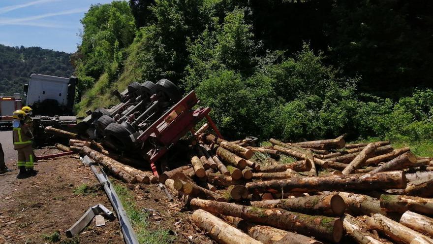 Bolca a Berga un tràiler que transportava fusta