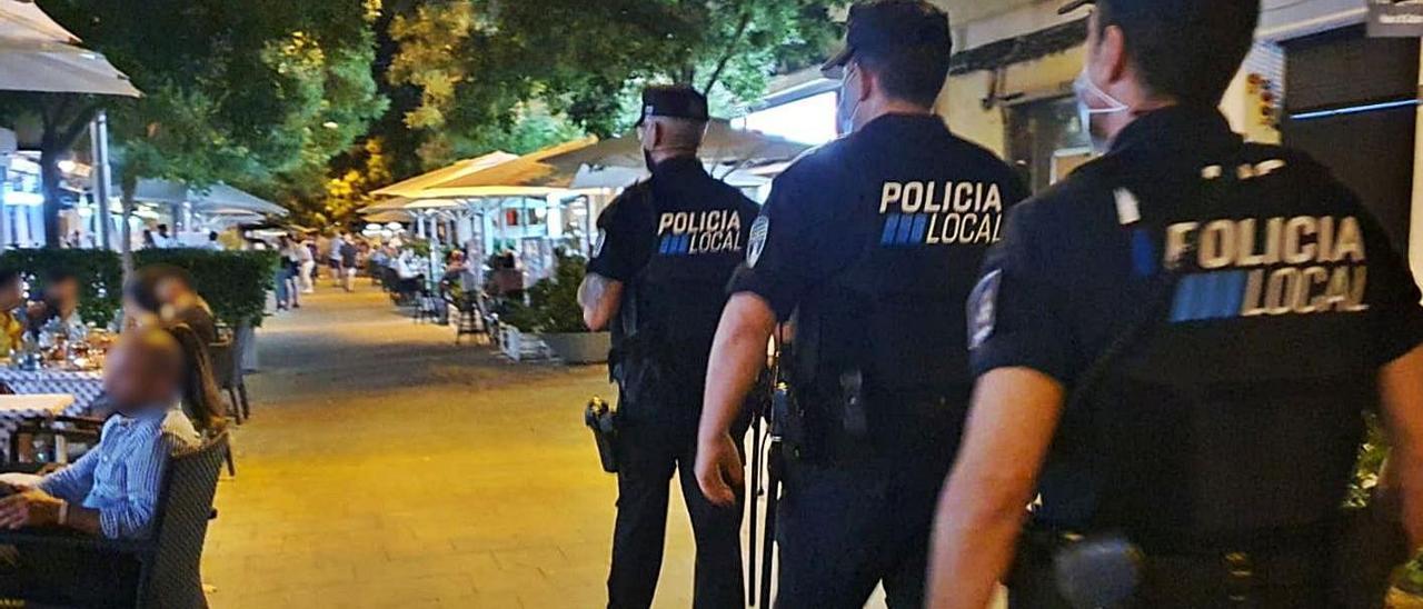 Agentes  de la Policía Local durante una actuación en Palma.