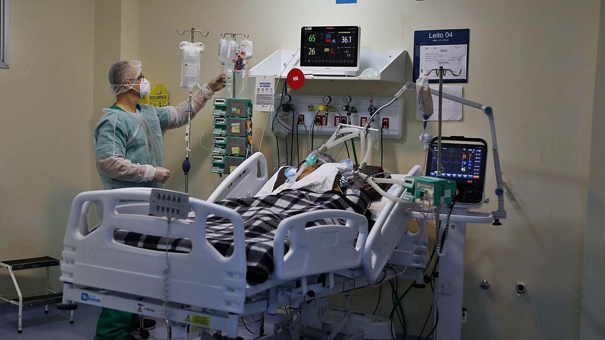 Un enfermo de coronavirus recibe cuidados en una UCI.