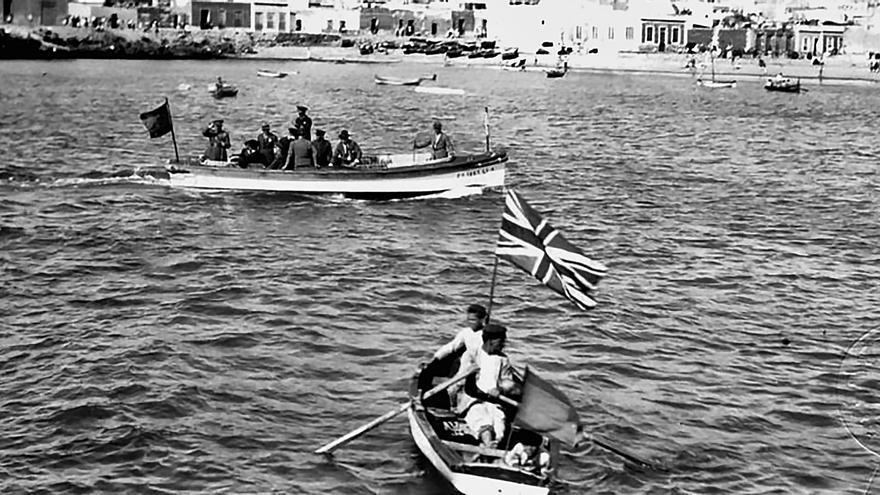 Banderas británicas para recibir al general  Primo de Rivera en Las Canteras